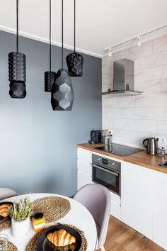 Этот вариант — с темно-серыми стенами и мраморным фартуком сложился не сразу: сначала плитка в кухне была глубокого сине-зеленого оттенка, ее поддерживала стена напротив, выкрашенная в тот же цвет. Но в результате ошибки строителей черные швы почти в сантиметр толщиной на кухонном фартуке выглядели так плохо, что плитку пришлось перекладывать, а синюю стену — перекрашивать