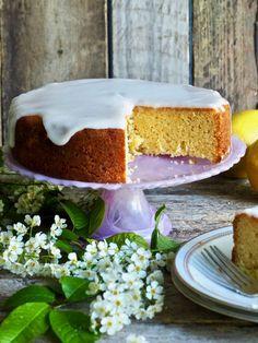 Kaker trenger ikke være vanskelig eller kompliserte å lage. Sitronkake med melisglasur kan jeg trygt si, er en ganske så rett frem kake, uten vanskelig teknikker eller behov for spesialutstyr. Oppskriften finner du her på bloggen Mat på bordet. Norwegian Food, Vanilla Cake, Cheesecake, Food And Drink, Pudding, Baking, Desserts, Birthday Ideas, Cakes