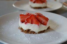 Zo'n makkelijk en lekker aardbeientaartje heb ik nog nooit gemaakt! Weinig ingrediënten, makkelijk te maken en het ziet er goed uit.