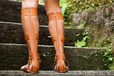 Модель: Афины. Благодаря задней молнии очень легко одевается, удобна, и очень комфортна! При заказе мы спросим у вас не только выбранный вами цвет и размер, но и объем голени, чтобы модель Афины была сшита исключительно на размер вашей ножки!