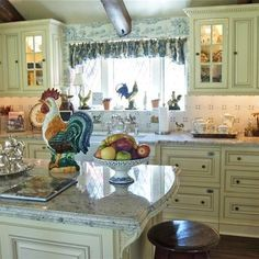 Traditional country kitchens are a design option that is often referred to as being timeless. Over the years, many people have found a traditional country kitchen design is just what they desire so they feel more at home in their kitchen. Cozy Kitchen, Country Kitchen Farmhouse, Kitchen Design, Home Decor Kitchen, French Country Kitchens, French Decor, Country Kitchen Designs, Beautiful Kitchens, French Country Kitchen
