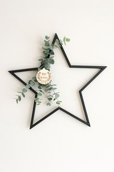 DIY poinsettia with wooden ball with a metal .-DIY Weihnachtsstern mit Holzkugel Mit einem Metallstern von Intratuin, … DIY poinsettia with wooden ball With a metal star from Intratuin, …, - Diy Christmas Star, Classy Christmas, Christmas Crafts For Gifts, Christmas Table Decorations, Modern Christmas, Scandinavian Christmas, Christmas Baubles, Hygge Christmas, Minimalist Christmas
