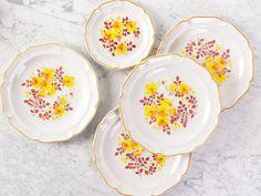 Gemengde set vintage bloemen diner platen (en de ene kant plaat). Prachtige boho floral ingesteld, ivoor met oranje en gele bloemen motief. In uitstekende staat en schattig retro keukengerei! Wordt geleverd met 4 platte borden- en 1 kleine plaat. Bodems zeggen Festival steengoed Gres. ___________________________________________________________________________ Afhalen is beschikbaar in de Toronto area. Wij zullen altijd restitutie verzendkosten overschotten groter dan $4 en natuurlijk pas…
