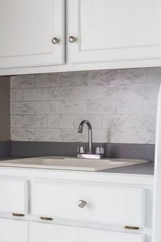 Faux marble backsplash in laundry room makeover for the $100 Room Challenge. Subway Backsplash, Woodworking For Kids, Easy Diy Projects, Furniture Projects, Painted Furniture, Kitchen Remodel, Countertops, Small Spaces, Diy Home Decor