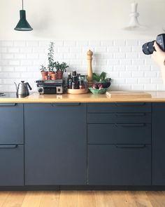 Kitchen Dining Living, Condo Kitchen, Home Decor Kitchen, Kitchen Interior, New Kitchen, Kitchen Remodel, Kitchen Cabinet Drawers, Kitchen Cabinets, Black Kitchens