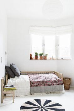 Säng överkast fönster gästrum matta kuddar