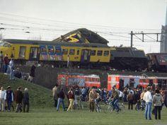 27 december 1982 - Treinongeluk in Rotterdam, drie doden en twintig gewonden. Redders van de Rotterdamse brandweer zijn via ladders in de wrakstukken geklommen om naar overlevenden en doden te speuren. Rechts de locomotief van de Nord-Wes Express, die zich in de voorste wagon van de Nederlandse stoptrein boorde.