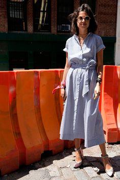 Leandra Medine. O vestido listrado com ares de camisa também é perfeito para um dia de preguiça no verão. Para deixá-lo ainda mais interessante adicione uma bandana ou lenço ao look.