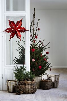 Christmas tree, decked out with wicker baskets at the base. Gorgeous!