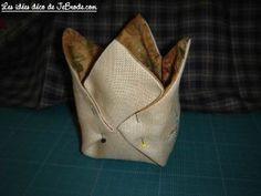 JeBrode.com: Une petite bourse vide-poche en origami Fabric Origami, Pochette Portable Couture, Fabric Bowls, Vide Poche, Paper Folding, Free Sewing, Free Pattern, Patches, Tela