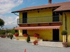 Copertine Gibus caramizii montate pe terasa unei case galbene. Copertine retractabile model DIM 250 pentru umbrire terase. Calitate Gibus, preturi foarte bune, mai multe modele de materiale, tesaturi la linkul: