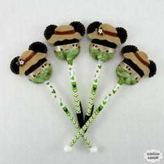 Ponteira de lápis ou caneta decorada com a Minnie ou Mickey safari feitos em feltro bordado à mão.