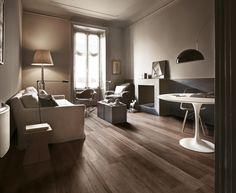 Soggiorno realizzato con pavimento in gres porcellanato effetto legno tradizionale. Collezione TRAVEL