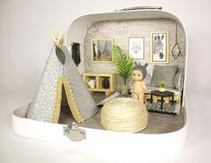 Dollhouse Travel dollhouse in a Suitcase Modern Dollhouse, Diy Dollhouse, Craft Business, Business Names, Business Logo, Business Ideas, Mini Doll House, Kawaii Diy, Miniature Rooms
