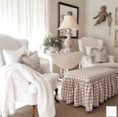 French Farmhouse Christmas Decor Inspiration – Hello Lovely French Christmas decorating ideas from an amazing house tour of country French design from The French Nest Co. French Country Rug, French Country Living Room, French Country Bedrooms, French Country Decorating, Southern Living, Bedroom Country, Vintage Country, Farmhouse Christmas Decor, Country Farmhouse Decor