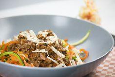Lust auf Pasta, aber ohne Kohlenhydrate? Gemüsenudeln, auch Zoodles genannt, sind eine super leckere Low Carb Alternative.