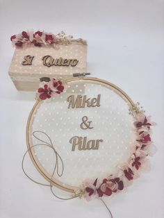 43 Elegant Wedding Welcome Signs You Will Like - Page 14 of 43 Embroidery Hoop Crafts, Hand Embroidery Flowers, Hand Embroidery Designs, Wedding Cards, Diy Wedding, Wedding Gifts, Couronne Diy, Country Wedding Inspiration, Wedding Welcome Signs