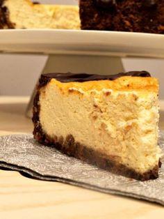 Esta tarta de queso marcará la diferencia con cualquiera de las que se hayan probado hasta el momento; absolutamente exquisita, aromática y suave, con el contraste del crujiente exterior y de la esponjosidad interior. Algunos sabréis que he sido la afortunada ganadora del maravilloso cake stand que veis. Ana, o lo que es lo mismo, …