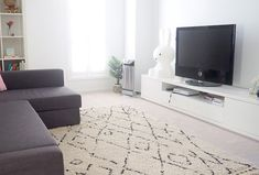 Floor rugs can make a room feel more cosy and homey, but they can get dirty easily. Keep your rugs looking fresh and clean Room How To Easily Clean A Floor Rug Clean Bathtub, Organised Housewife, Disinfectant Spray, Stain Remover Carpet, Deep Cleaning, Cleaning Hacks, Carpet Stains, Diy Stuffed Animals, Floor Rugs