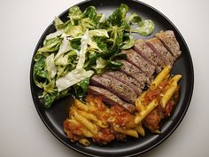 Contre-filet, mâche & iceberg salad with penne in homemade tomato sauce