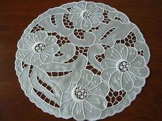 hr Cutwork Saree, Cutwork Embroidery, Hand Embroidery Patterns, White Embroidery, Embroidery Designs, Brother Innovis, Cut Work, Needle And Thread, Crochet