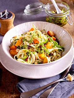 Mit Cranberries und raffiniertem Pesto werden einfache Spaghetti im Handumdrehen zum veganen Weihnachtsessen.