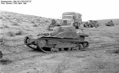 Carro Veloce CV 33 in Libia, aprile (nel 1943 dcambiarono nome in North African Campaign, Truck Transport, Italian Army, Afrika Korps, Tank Destroyer, Roman History, Ww2 Tanks, Armored Vehicles, Military History