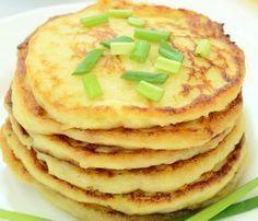 Clătite de cartofi foarte bune ca aperitiv sau ca fel principal la o cină uşoară. Iată cât de simplă e reţeta! INGREDIENTE 3 cartofi albi 150 ml lapte clocotit 250 g făină 3 ouă 1 pahar mic iaurt bine închegat sare ulei pentru prăjit PREPARARE 1. Pentru clătite, se pun la fiert în apă cu … No Salt Recipes, Cooking Recipes, Smoothie Fruit, Good Food, Yummy Food, Romanian Food, Hungarian Recipes, Leftovers Recipes, Recipes From Heaven