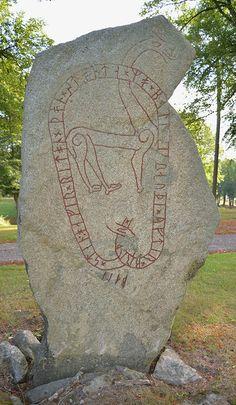 Vs 15, Lilla Kyringe, Björksta socken, Yttertjurbo härad, Västerås  Hägulv lät göra detta minnesmärke efter Knut, sin fader, och efter Gudlög, hans syster. Balle reste stenen. Balle. Knut.    Stenen har upprest som stånda skall Balle den röde efter brodern Balle