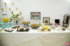 Decoración de la mesa de catering de un desayuno empresarial.