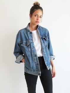 Achados da internet: os casacos hit dessa estação, Jaqueta jeans oversized, t-shirt branca, calça preta