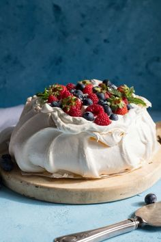 Looking for an elegant dessert to serve at your next dinner party? This pavlova is an easy recipe, perfect for a crowd. A classic Australian dessert, the pavlova is definitely a show stopper. This is a gorgeous dessert for all year r Australian Desserts, Australian Pavlova Recipe, Elegante Desserts, Dessert Crepes, Just Desserts, Easy Dinner Party Desserts, Light Desserts, Gourmet Desserts, Plated Desserts