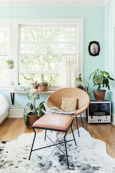 beautiful seafoam green mint walls paired with wood and blush pink - living room decor Interior Desing, Home Interior, Color Interior, Living Room Inspiration, Home Decor Inspiration, Decor Ideas, Design Inspiration, Mint Walls, Mint Bedroom Walls