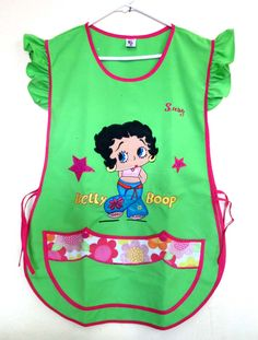 BETTY BOOP  Tergal Verde.  Decoración en bolsa.  Holan en hombros. Betty Boop, Beautiful Things, Apron, Mini, Fashion, Aprons, Early Education, Bag, Appliques