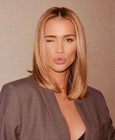 Middle Length Haircuts, Middle Part Hairstyles, Short Hairstyles For Women, Medium Hair Cuts, Short Hair Cuts, Medium Hair Styles, Short Hair Styles, Collarbone Length Hair, Shoulder Length Blonde