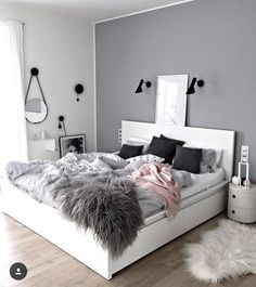 Quarto parede cinza espelho redondo quadro na cabeceira da cama com luminária