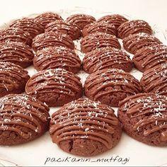 Çikolatalı hindistan cevizli kurabiye #mutfakgram #gramkurabiye #eniyilerikesfet #sahanelezzetler #yemekrium #mukemmellezzetler #sizdengelentarifler #hindistancevizlikurabiye Çikolatalı hindistan cevizli kurabiye 1 çay bardağı un 1.5 çay bardağı toz şeker 3 yemek kaşığı tereyağ 1.5 su bardağı nişasta 3 yemek kaşığı hindistan cevizi 1 paket kakao (25 gr) 1 paket kabartmatozu 2 yumurta Üzeri için benmari usulü eritilmiş sütlü çikolata ve hindistan cevizi Yapılışı: Yumurta hariç...