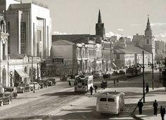 Las fotografías antiguas tienen algo mágico, nos transportan a un pasado, y nos sumergen en la historia.Te ofrecemos las mejores fotos de época de Santiago. Past, Trail, Street View, Vintage, Buses, Blog, Historical Photos, Santiago, Past Tense