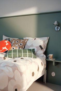 Die Marimekko Unikko Bettwäsche Beige F/S 20 ist ein Traum für laue Sommernächte. Als limitierte Auflage für das Frühjahr 2020 wird die weiche Bettwäsche aus einem luftig leichten Baumwoll-Leinen-Gemisch gefertigt. Mit ihrer sommerlichen Farbgebung verwandelt die Bettwäsche jedes Schlafzimmer im Handumdrehen in ein sanftes Blumenmeer. #found4you #marimekkounikko #bettwäsche #beige #marimekkoFS20 #design Marimekko, Bed Pillows, Cushions, Sustainable Textiles, Retro Stil, Sofa, Scandinavian Design, Cushion Covers, Decorating Your Home