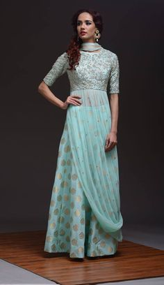 30 Trendy Sangeet Outfit Ideas for the Bride Indian Gowns, Pakistani Dresses, Indian Outfits, Designer Gowns, Indian Designer Wear, Look Fashion, Indian Fashion, Fashion Fall, Fashion Rings