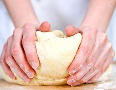 Lehet belőle sós vagy édes finomságot készíteni, ráadásul a tészta több napig eláll a hűtőben, a fagyaszthatóságáról nem is beszélve.  Elkészítés  24 deka darás lisztbe…