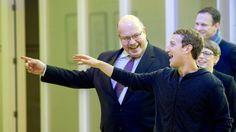 Kanzleramtsminister Peter Altmaier (l, CDU) und der Facebook-Chef Mark Zuckerberg (M.) unterhalten sich am 25.02.2016 in Berlin während der Facebook Innovation Hub. Zuckerberg hatte unter anderem Studien zur künstlichen Intelligenz vorgestellt.
