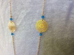 Sautoir estampes rosace rondes dorées et perles bleues : Collier par guerloule