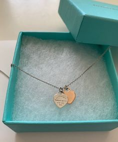 This iconic Return To Tiffany necklace features a sterling silver chain inch… Cute Jewelry, Pearl Jewelry, Jewelery, Jewelry Accessories, Return To Tiffany Necklace, Tiffany And Co Jewelry, Accesorios Casual, Cute Necklace, Luxury Jewelry