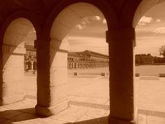 Casa de Oficios y Plaza de  Parejas desde soportales del Palacio Real.