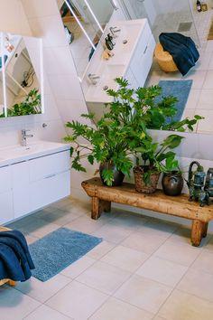 Tips! Har du et stort bad, finnes det ikke noe som er mer luksuriøst og stilig enn planter som tør å ta plass. Store vekster gjør et stort inntrykk og kan virkelig løfte følelsen av et luftig baderom. Få flere tips på bademiljo.no! Bath Mat, Plants, Home Decor, Decoration Home, Room Decor, Plant, Home Interior Design, Bathrooms, Planets