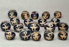 Authentic ancient glass beads with bird and sunburst design, found in Indonesia. CA.4-9th century. Almost of them are transparent dark blue and some are opaque black. インドネシアで見つかった19個の「鳥と太陽」のデザインの古代ガラスビーズです。 ほとんどが濃いブルークリアのガラスです。いくつかは不透明の黒のガラスです。4-9世紀頃。 状態の良い玉がほとんどです。