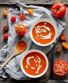 Zutaten: 1 Zwiebel 4 Fleischtomaten 2 Knoblauchzehen 1/2 Tupe Tomatenmark Salz und Pfeffer frischen Basilikum Oregano
