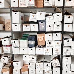 Сегодня, как и столетия назад, основным скрепляющим материалом при изготовлении швейных изделий являются нитки. Единственное, что изменилось, это ассортимент ниток и их обширная классификация. Интересно? Более подробно о всех тонкостях швейного дела читайте в нашем блоге