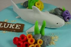 Blauwe taart met zeethema en geboetseerde haai.